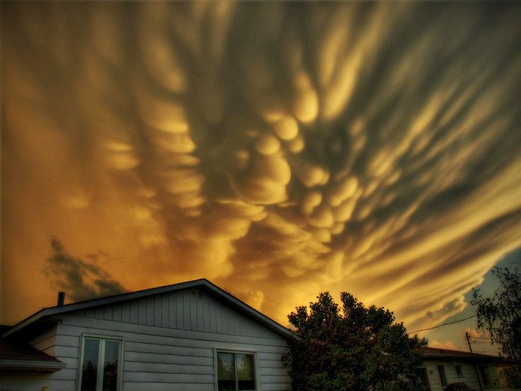30 raros e deslumbrantes fenômenos naturais: Nuvens Mammatus: esse incrível padrão de nuvens se forma com ar descendente sob a bigorna de uma nuvem cumulonimbus após uma tempestade muito forte.