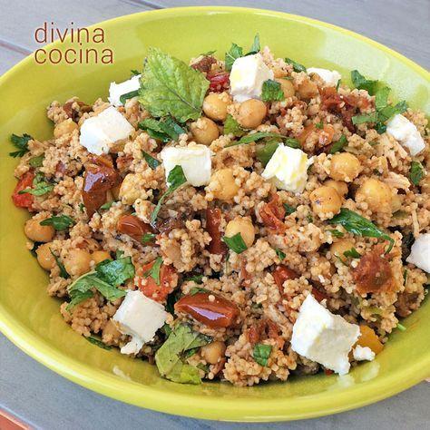 Esta ensalada de cuscús estilo mediterráneo es refrescante y natural. Usa el aceite de los tomates secos en conserva para dar un toque de color y sabor