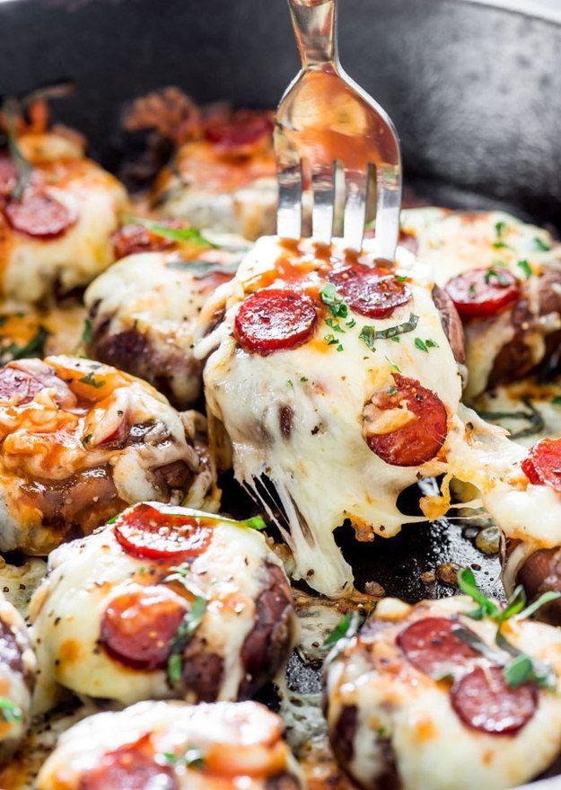 Hongos portobello rellenos de queso mozzarella y pepperoni. | 15 Delicias culinarias que puedes preparar con sólo tres ingredientes