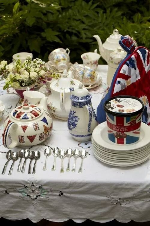 swooning over that teapot with bunting!