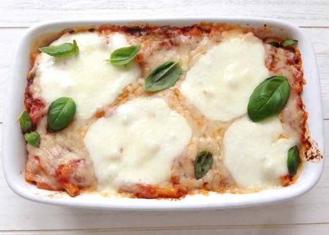 Repin this pin! | Macaroni ovenschotel met tomatensaus, basilicum, Grana Padano en Mozzarella | Het lekkerste recept vind je op Alles Over Italiaans Eten