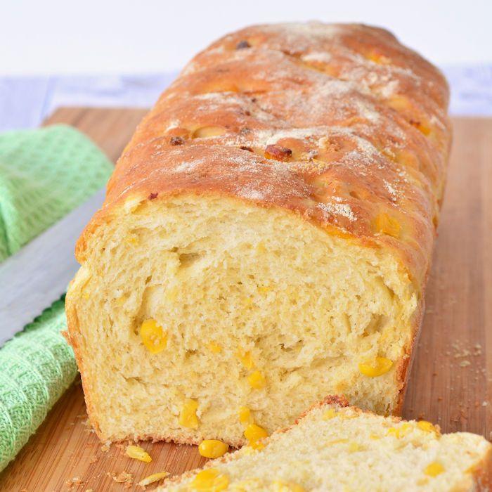 Met dit recept maak je zelf heel eenvoudig een maïsbrood, zo lekker heb je die nog niet eerder geproefd. Geschikt om zowel zoet als hartig te beleggen.