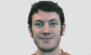 Autoridades federales identificaron a James Holmes, de 24 años, como presunto responsable del tiroteo que dejó 12 muertos y 38 heridos, ocurrido durante la exhibición de la nueva película de Batman, en un cine en Aurora, Colorado.    Holmes es originario de Tennessee, al este de EEUU, pero tiene su residencia en Aurora, una localidad muy próxima a Denver y que es la tercera más poblada de Colorado, informó el FBI.
