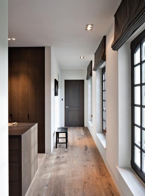Landelijk, stijlvol - mooie donkere kozijnen en een donkere deur. Let ook op de donkergrijze vouwgordijnen. Prachtig! www.biggelaarverfenwand.nl