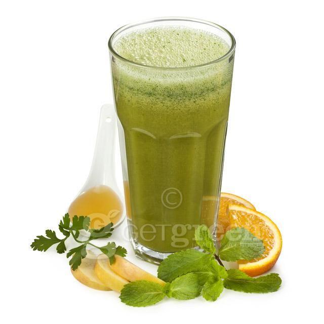Moc Mięty to moc dwóch zielenin w doborowym towarzystwie! Zielony koktajl o przyjemnym odświeżającym działaniu i niepowtarzalnym smaku. W sam raz na upalne dni, bardzo dobrze gasi pragnienie. SKŁAD: mięta-natka-cytryna-sok pomarańczowy-sok jabłkowy-miód Dobre na: odkwaszenie organizmu, usuwanie toksyn, urodę (przeciwutleniacze), poprawę nastroju.