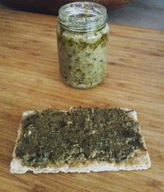 Caviar d'aubergine à ma façon, idéal pour l'apéro ;) Trancher les aubernie, les disposer dans un plat avec un fond l'eau. Les faire cuire (four 180°). Une fois qu'elles sont fondantes les mettre dans un mixer (je conserve la peau où le meilleur des bitamines se trouve ;) avec (quantité à votre convenance) - purée de sésame - ail - huile d'olive - persil - cumin - paprika - thym - sel et poivre Toujours veiller à ce que ce soit recouvert d'huile. Conserver au frigo.