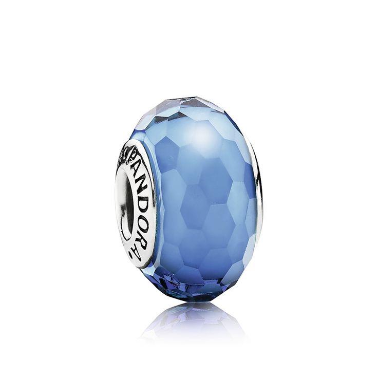 Charm de Prata de Lei e Murano Facetado na Cor Azul Água. São 70 facetas feitas e polidas a mão pelos artesãos da PANDORA usando o autentico vidro da região de Murano na Itália.