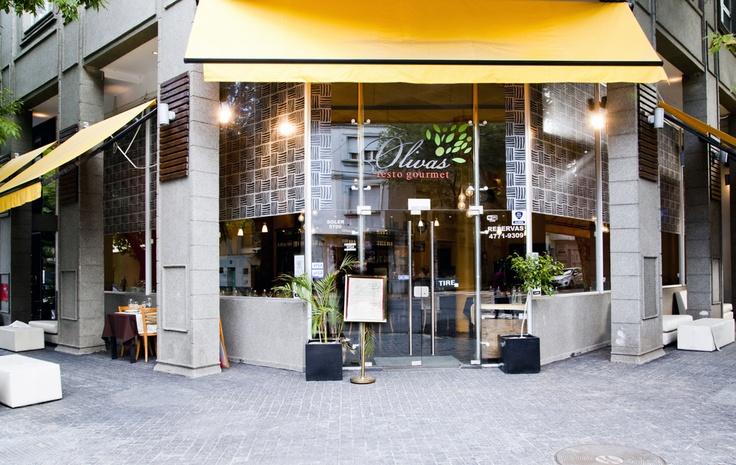 Oliva's Restó Gourmet ofrece una propuesta de cocina internacional en un espacio moderno, cálido y relajado. Es ideal para disfrutar de un buen momento en pareja o con amigos, con suave música ambiental de fondo, buen servicio y una excelente barra que brinda una variedad de tragos de la mejor calidad ofreciendo happy hour todos los días.