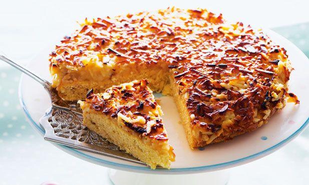 A tarte de amêndoa caseira adiciona o chocolate branco aos tradicionais ingredientes. Uma deliciosa sobremesa para a sua mesa de Páscoa.