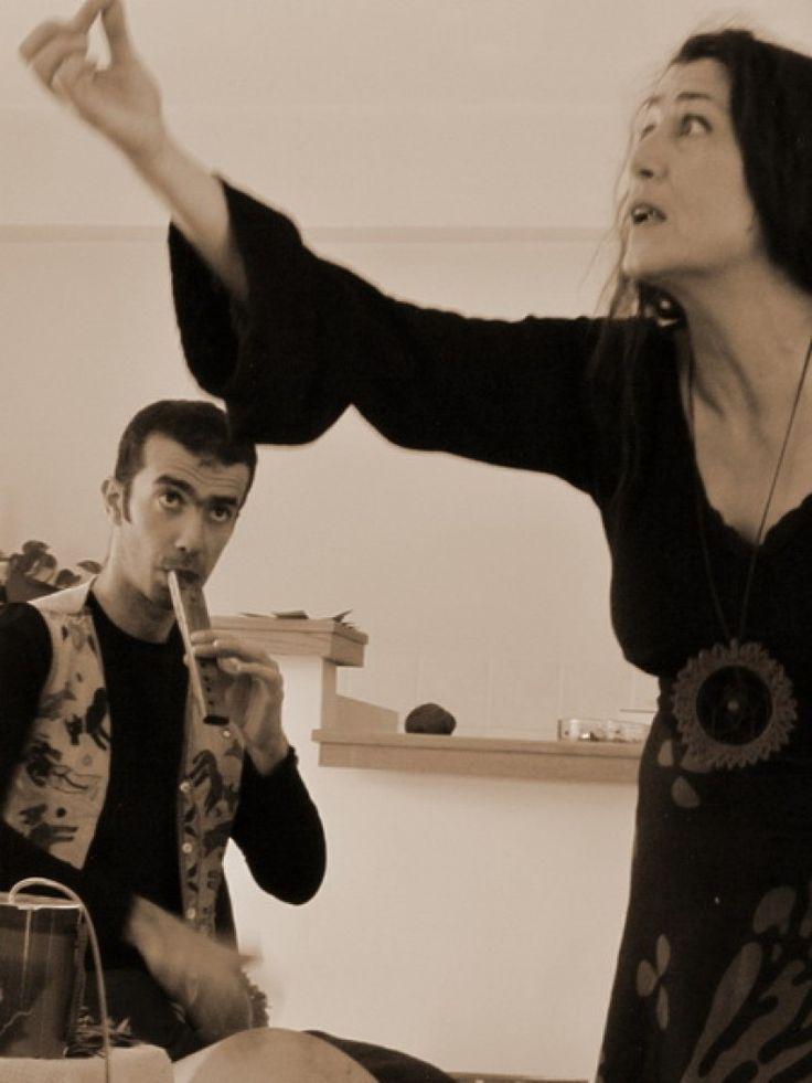 από την Τσουκνάκη Μαρία, αφηγήτρια/εικαστικό και τον Πασχαλίδη Άλκη, μουσικό/εμψυχωτή. Οι μουσικές αφηγήσεις παραμυθιών είναι μύθοι και ιστορίες που παντρεύονται με ήχους, μουσικές και τραγούδια...