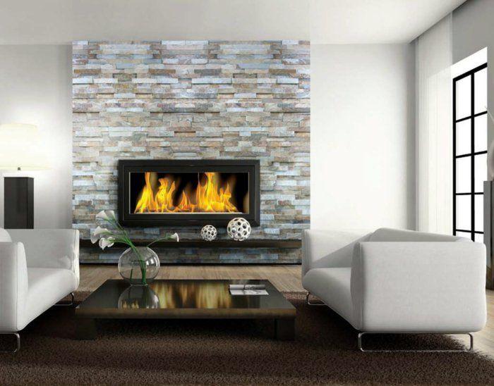 wohnideen wohnzimmer feuerstelle weie sofas steinwand accessoires - Wohnideen Wandputz Wohnzimmer