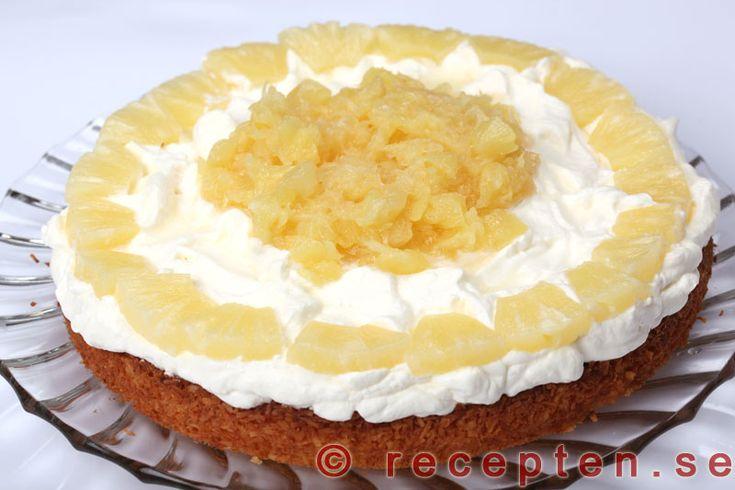 Ananastårta - Recept på Ananastårta. Mycket god och enkel tårta med med ananas, kokos och grädde. Bilder steg för steg!