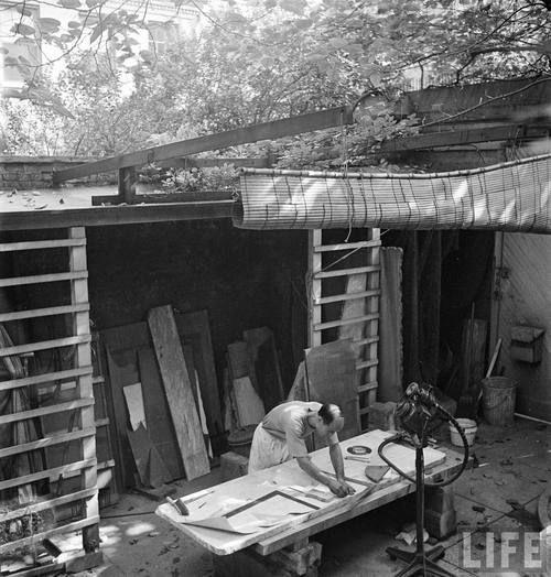 Isamu Noguchi works in his Studio (Atelier), California, USA 1947.  Photo by Eliot Elisofon  Isamu Noguchi: http://en.wikipedia.org/wiki/Isamu_Noguchi  Eliot Elisofon: http://en.wikipedia.org/wiki/Eliot_Elisofon
