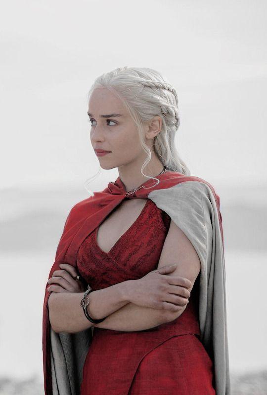 Daenerys Targaryen in Game of Thrones 4.01 (x)