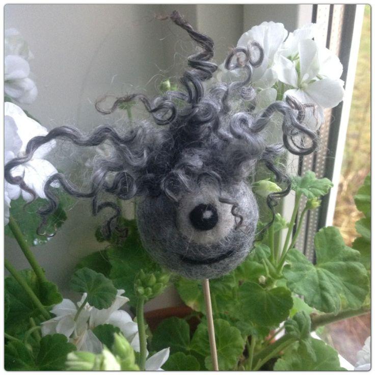 Tovade bollar av fårull är bra till mycket och ett väldigt enkelt sätt att göra dem är att använda en nylonstrumpa och en tvättmaskin. Man trycker in en näve kardad ull i strumpbyxan och gör en knu...