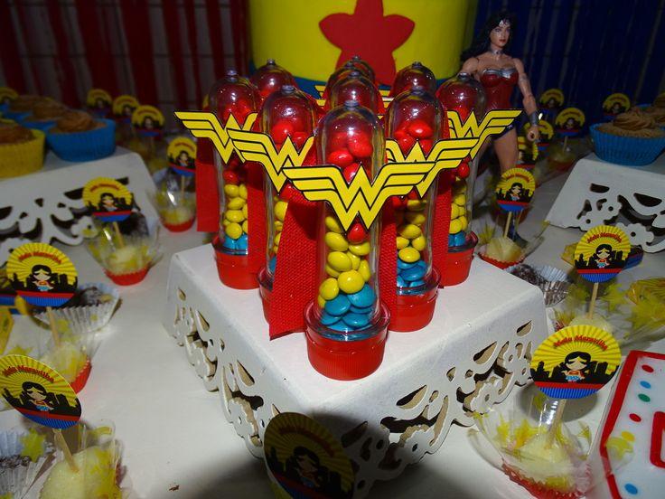 tubete com chocolates nas cores: azul, amarelo e vermelho, capinha vermelha em tnt e símbolo da mulher maravilha.