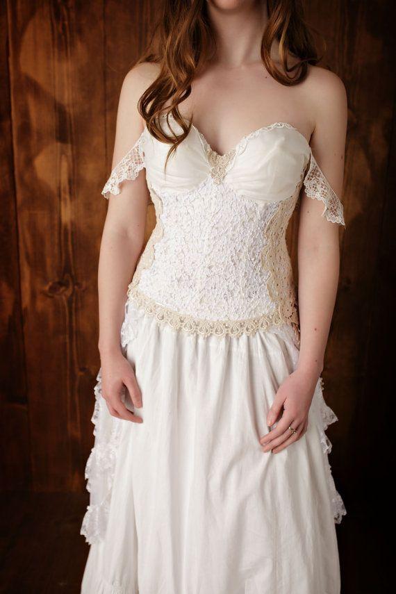 Couches sur couches de vintage tricotés dentelle à la main ornent le dos si cette robe, quun mélange de douces dentelles or embellir la façade.
