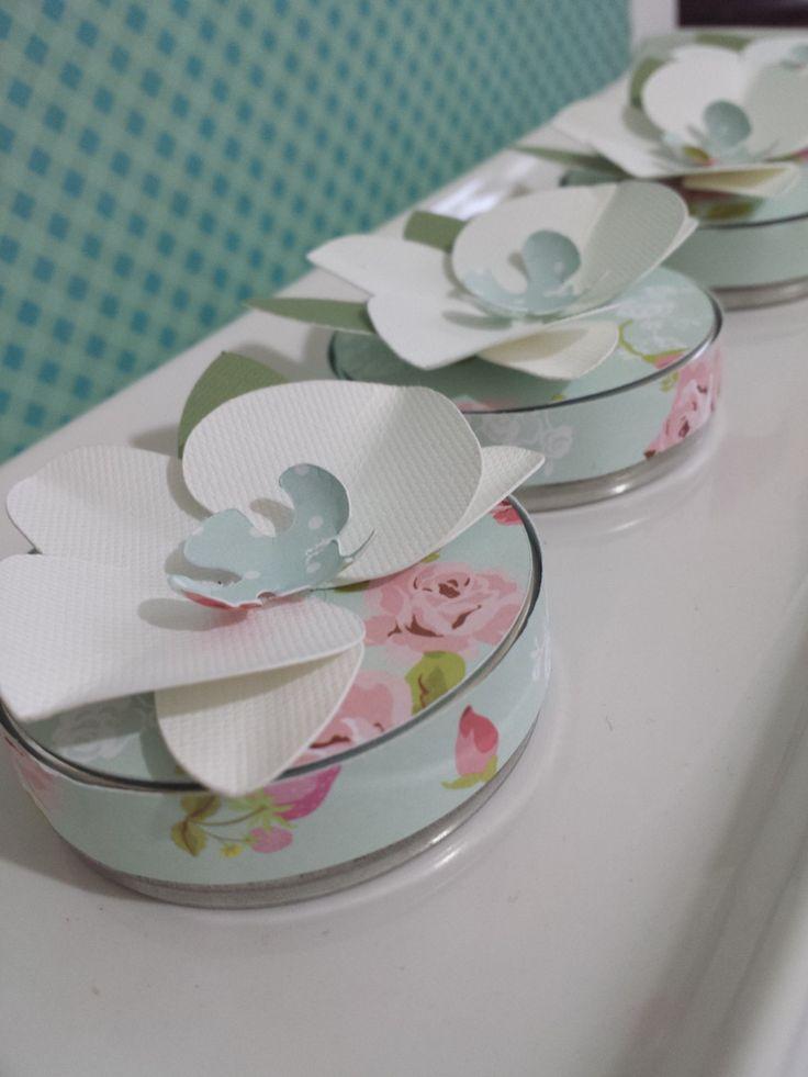 Latinha em alumínio ou acrílico, revestida com papel estampado, com aplicação de de uma orquídea em 3D <br>Ótima opção para lembrancinha. <br>Pedido minimo 20 unidades <br>Obs. valor referente a lata vazia.