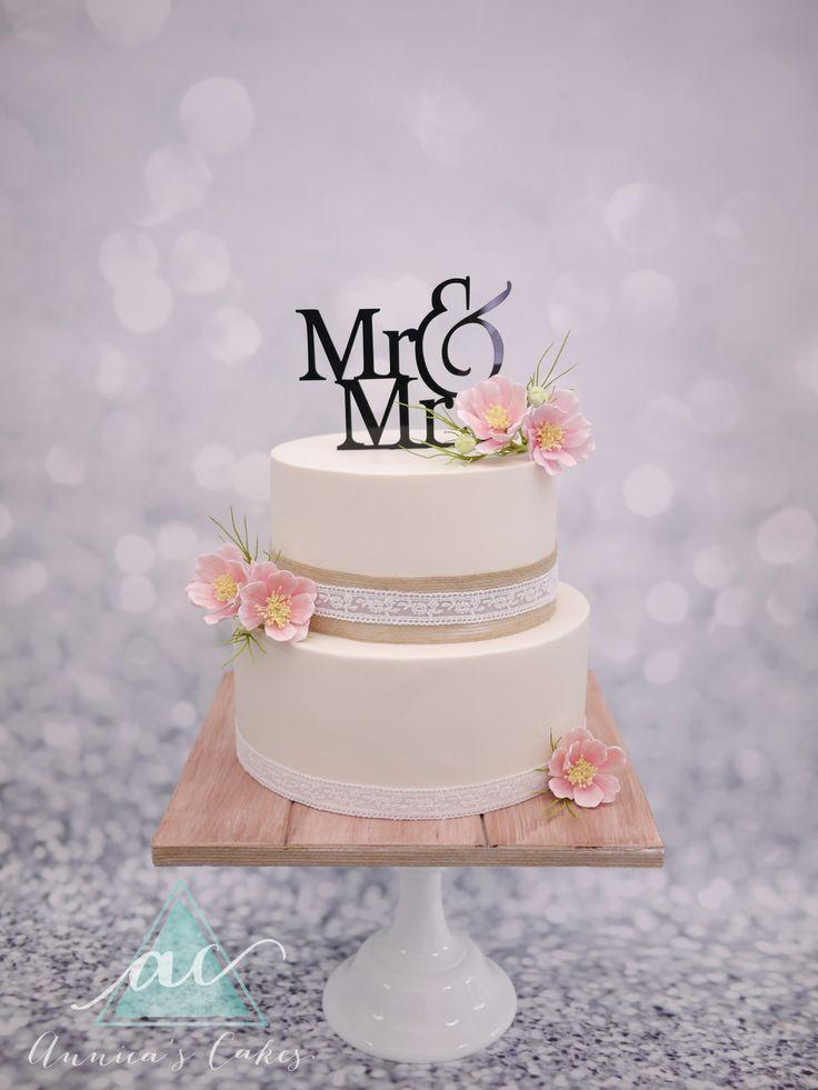 Rustic wedding cake.   Rustieke bruidstaart, whitewash, jute en cosmos