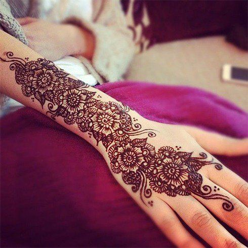 When the mehndi stains the skin with its deep orange-red color, the flower design  seems to almost come alive in all its glory.