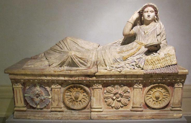 Sarcofago di Larthia Seianti, 150-130 a.C. circa, sarcofago da Chiusi, Museo Archeologico Nazionale di Firenze. Opera etrusca, proporzioni non rispettate, elementi architettonici simili a lesene.