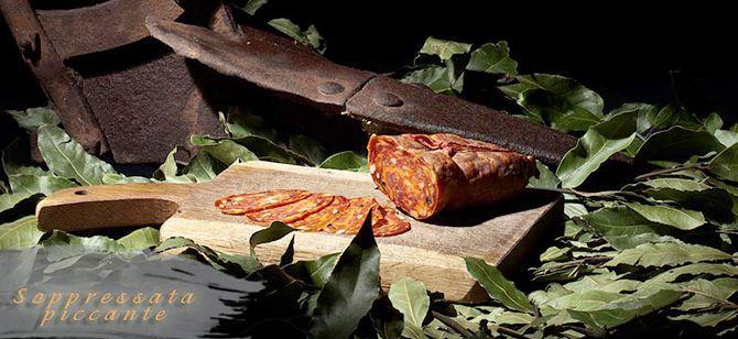 Oryginalny włoski pikantny salceson otrzymywany ze świeżej wieprzowiny o niskiej zawartości tłuszczu z dodatkiem pikantnych przypraw. Sprawdzi się idealnie jako przystawka do dania głównego, składnik pizzy, sosu pomidorowego do makaronu czy jako dodatek do deski serów.