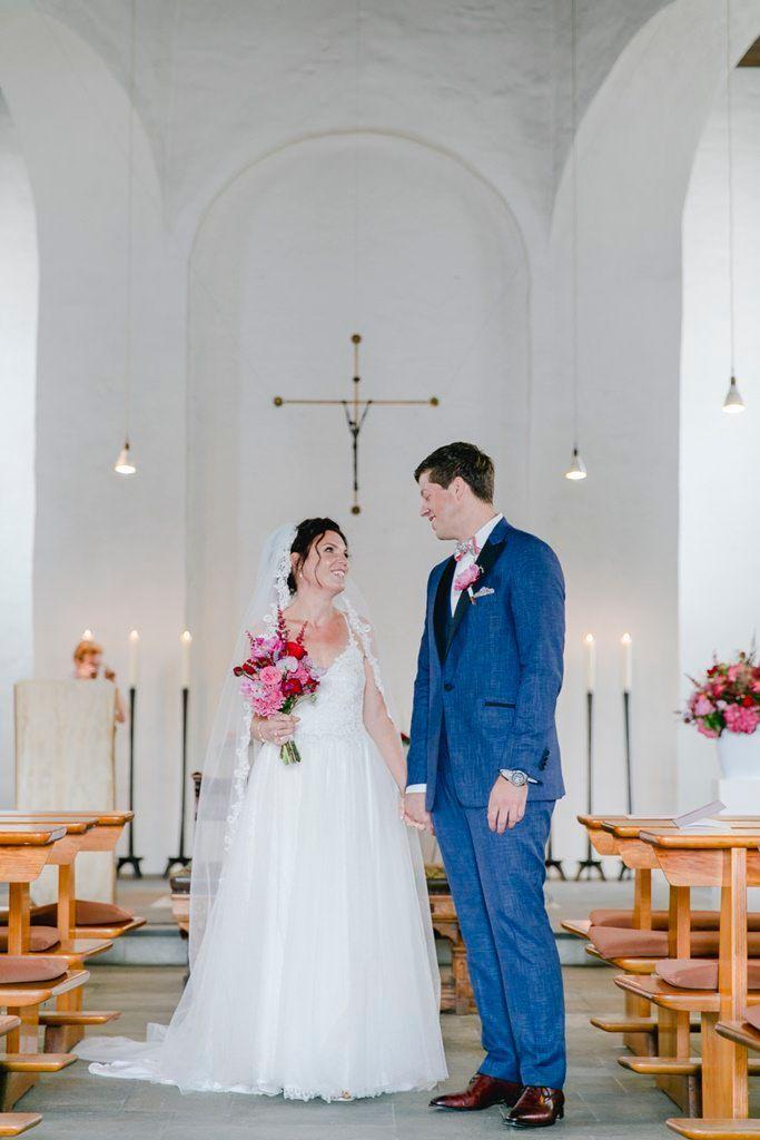 Paarfotos Nach Der Kirchlichen Trauung Kirchliche Trauung Hochzeit Trauung