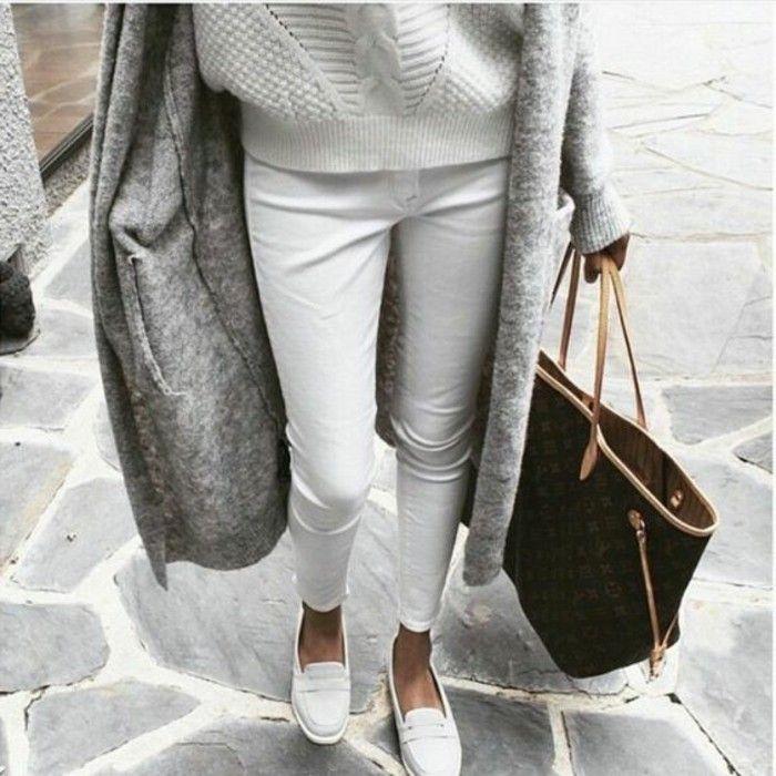 jeans blancs chaussures blancs, gilet gris, comment m'habiller selon les tendances