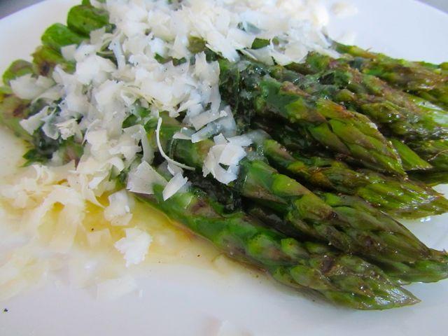 Gegrilde asperges met citroendressing uit VEG! | SimKookt