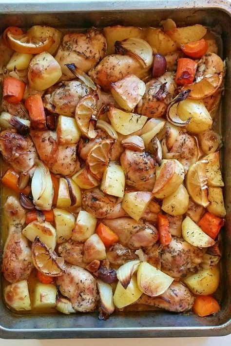 Kycklingklubbor som rostas i ugnen med grönsaker, lättlagad vardagsrätt som sköter sig själv i ugnen. En riktigt god och praktiskt allt-i-ett rätt.