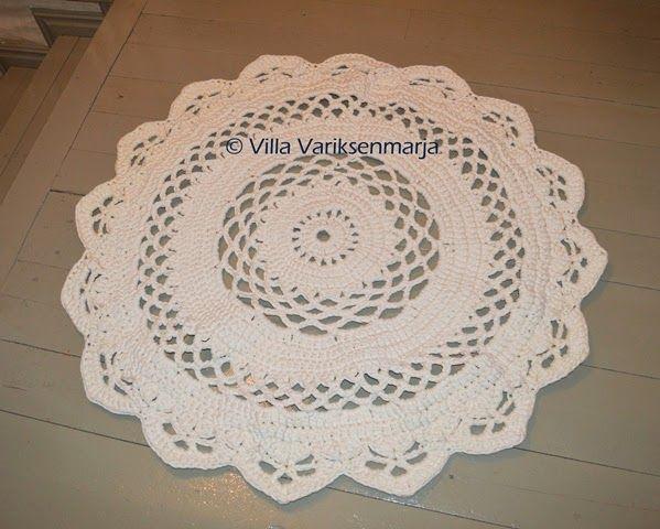 Virkattu matto Crocheted rug   http://villavariksenmarja.blogspot.fi/2014/09/virkattu-matto-valilla-uusi-ohje.html
