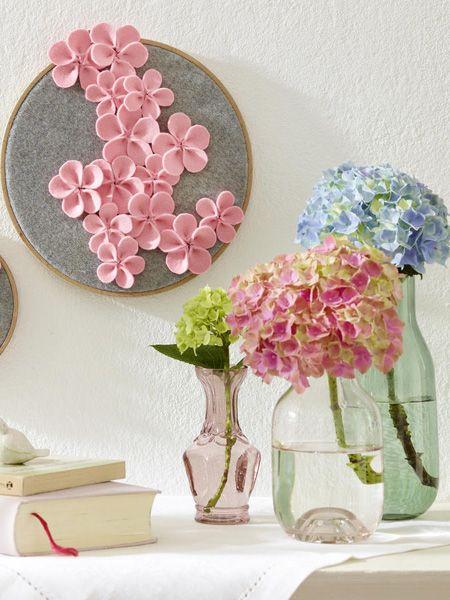 Wir fangen den Sommer ein und bringen ihn in diesem hübschen Stickrahmen an die Wand. Die Anleitung für die Hortensien aus Filz gibt es