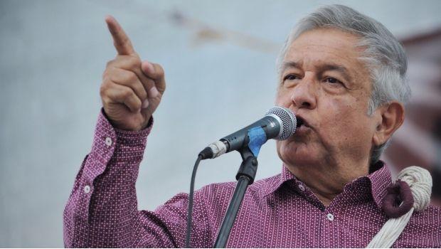 El dirigente de Morena expuso que Osorio Chong entregó los videos de Eva Cadena por orden de Peña Nieto.