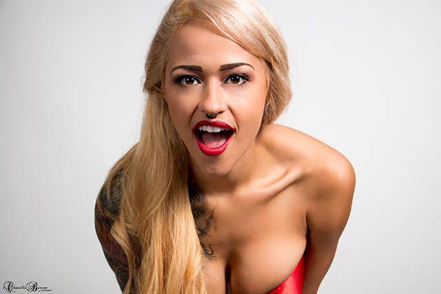 Tattoo Girl Sarah Giampapa vám dodatočne praje šťastné a veselé