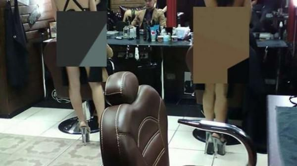 Staf Wanita yang Bekerja di Salon Ini Hanya Diperbolehkan Kenakan Celemek dan Celana Dalam, Busyet!