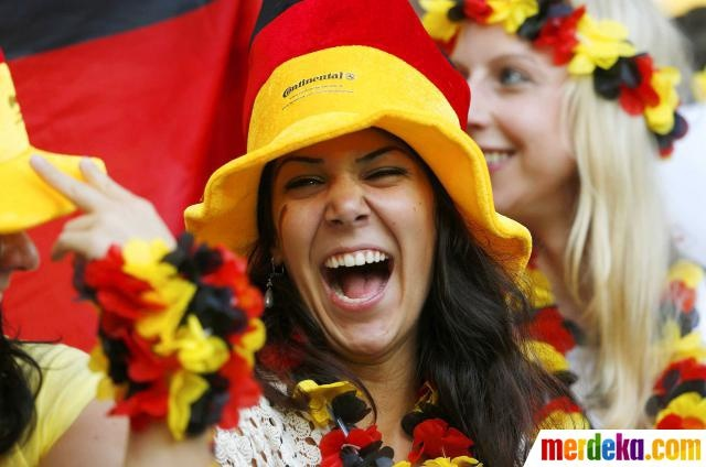 Suporter tim Jerman bersorak sebelum dimulainya pertandingan Portugal melawan Jerman.