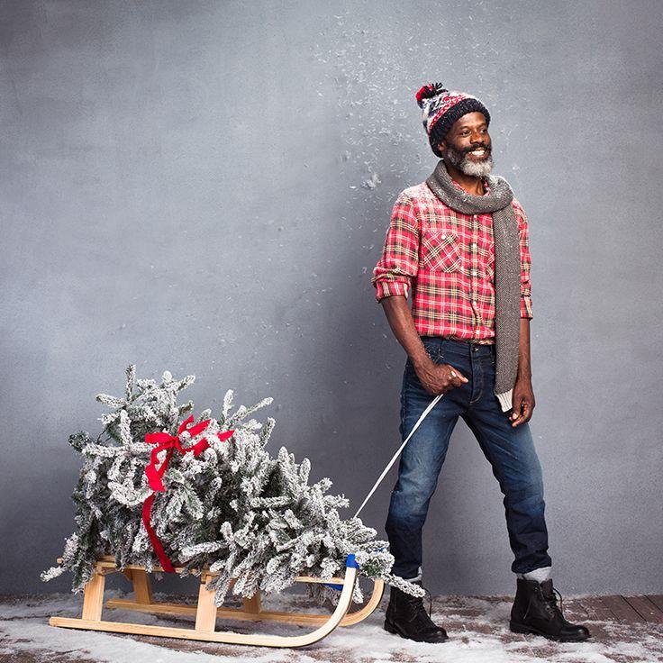 Het is dan wel kerstmis, maar je outfit hoeft niet te voldoen aan een black tie dresscode. Een stoer geruit overhemd en een nette, donkere jeans is een casual alternatief dat nog steeds netjes genoeg is voor aan het kerstdiner. #xmas #christmas #xmasoutfit #outfit #menswear #mens #kerst #kerstmis #feestdagen #holidays
