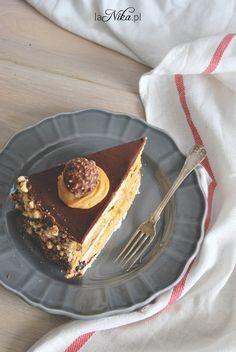Gotowy tort urodzinowy z kremem z masła orzechowego i kajmaku 1