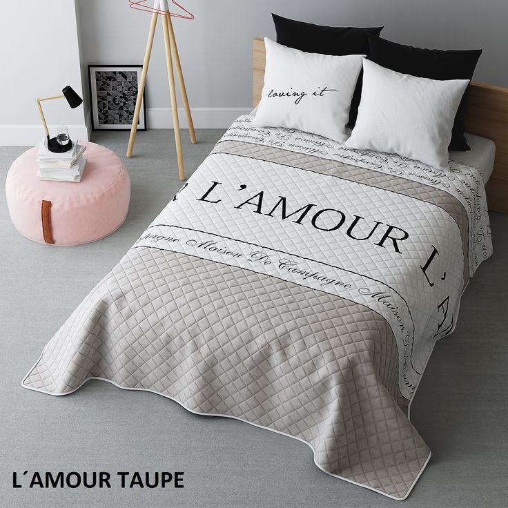 Moderní přehozy na postel v bílo béžové barvě s nápisem