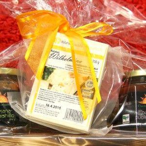 Lahjapakkaus: Kaksi hillopurkkia, Kolatun lähijuusto, puinen käsintehty tarjotin 28€