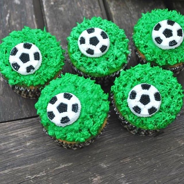 [SOCCER CUPCAKES] ⚽️ Feeling sportive? These cupcakes might be the perfect reward after an intensive soccer session! ⚽️ #kimberlandcupcakes #sintniklaas #soflair #spoilyourboyfriend #bakken #bakking #pastry #pastrychef #soccer #voetbal #soccercupcakes #vanilla #cupcakes #yummie #food #dessert #sports #birthdaycupcake #boybirthday