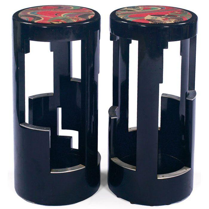 """Taburetes de bar Art Deco Revival, par, por Interior Crafts, bases geométricas con reposapiés de aluminio, asientos tapizados, acabado lacado en negro original, uno con la etiqueta Interior Crafts, 14.75 """"dia x 32"""" h, muy buen estado"""