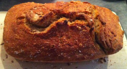 Jeg har efterhånden lavet verdens bedste brød et par gange, og jeg er lige begejstret hver gang. Mange har haft den idé, at det skal laves i en dyr Le Creuset støbejernsgryde, men det behøver man s…