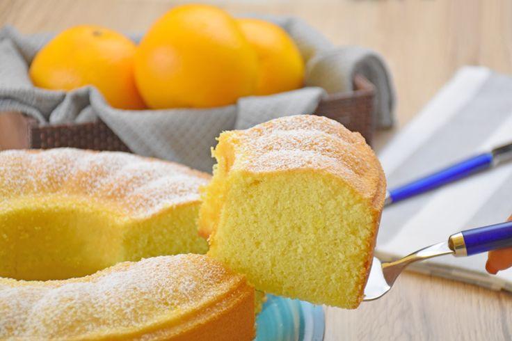 Il ciambellone all'acqua all'arancia è un dolce morbido e gustoso sebbene senza uova e senza latte. Ecco la ricetta