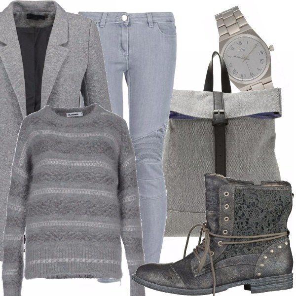 Jeans in denim grigio con dettagli da motociclista sulle ginocchia, maglione grigio con trama orizzontale, blazer grigio, stivaletto con dettaglio in pizzo e borchiette, zainetto in tessuto con fibbia a contrasto, orologio in metallo color argento