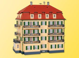 38354 kibri ho kit of a apartment house with balcony - Categoria: Avisos Clasificados Gratis  Item Condition: NewPURCHASE WITH CONFIDENCE WE ARE AN AUTHORISED KIBRI DEALERDimensions: L 22 x W 14 x H 20 cmThis is a plastic building kit and assembly is required Accessories like figures, vehicles or trees are not included Please feel free to ask if you are looking for other Kibri, Vollmer or Faller items, which are not listed and check my store for more items Absolutely brand new item in…