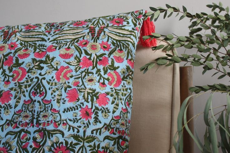 Un coussin coloré, raffiné et délicat. Le petit plus qui transforme un canapé, un fauteuil ou un lit. Modèle Eté Indien de plum-creation