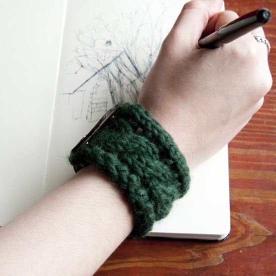 Learn how to make an awesome knitted bracelet with this step-by-step tutorial. Perfect inter-seasonal accessory!