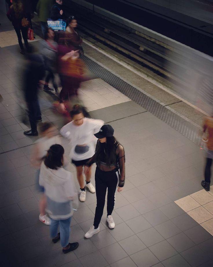 Jeunes qui squattent le métro. #photography #metro #subway #streetstyle #street #lifestyle #underground #girls #girlsgang http://tipsrazzi.com/ipost/1518016381315936616/?code=BURE9sjj3Fo