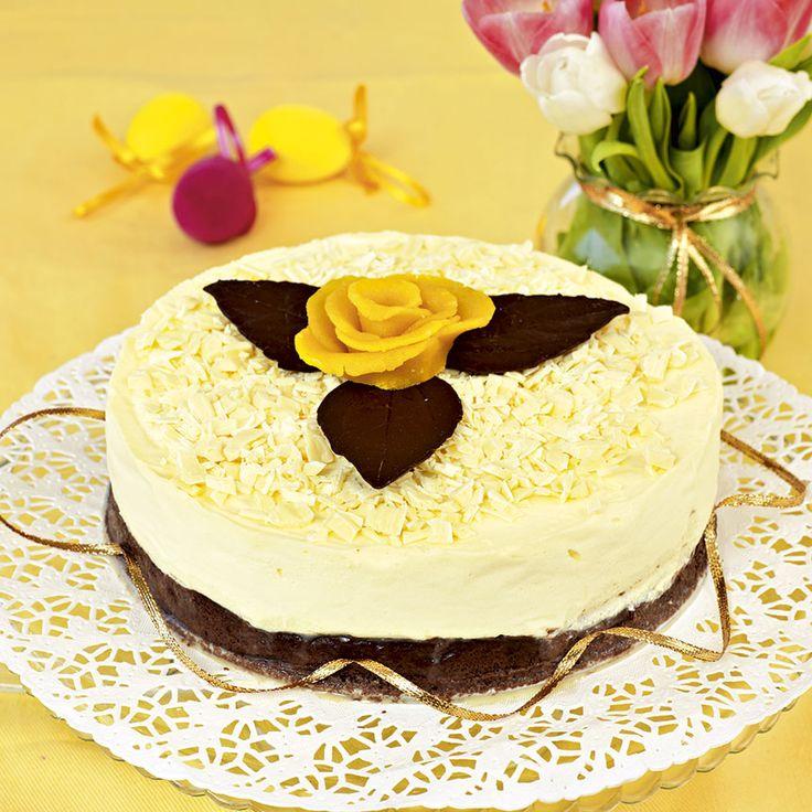 Ljuvlig och lättbakad vit chokladmoussetårta som alla kommer vilja ta en bit till av.